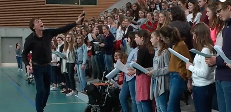 Cali en répétition avec des choristes à Limoges